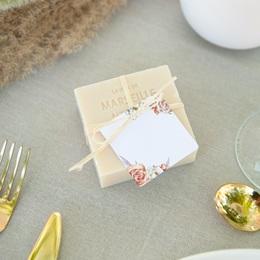 Marque-place mariage Arche de roses caramel, Invité placé